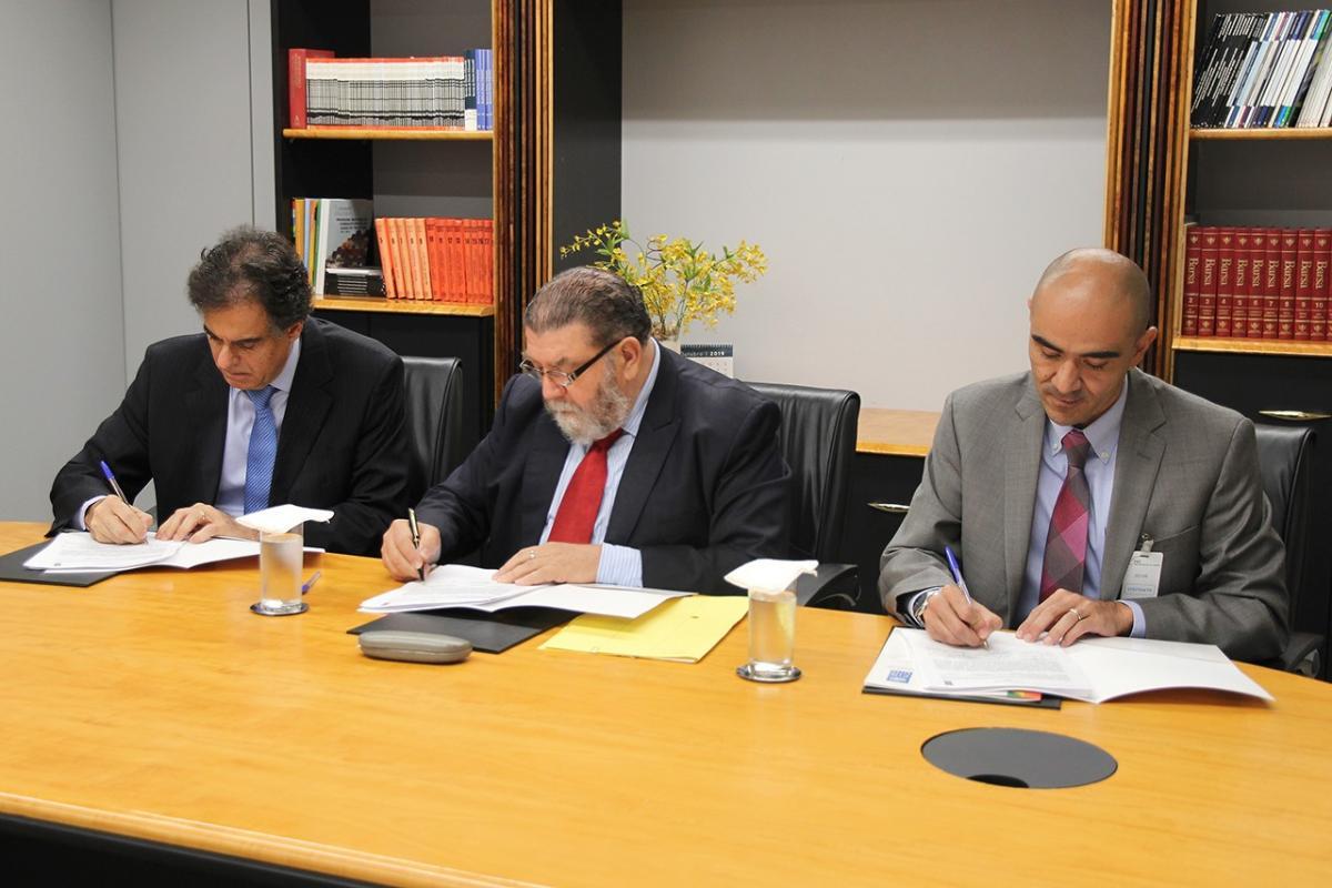 Acordo foi assinado pelo diretor da Enamat, ministro Luiz Philippe Vieira de Mello Filho; pelo diretor da ABC, embaixador Ruy Pereira; e pelo representante-residente adjunto do PNUD, Carlos Arboleda.